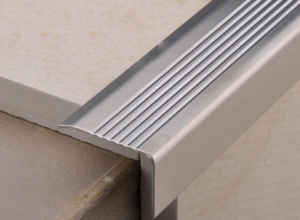 Nẹp inox chống trơn cầu thang CTBX20H